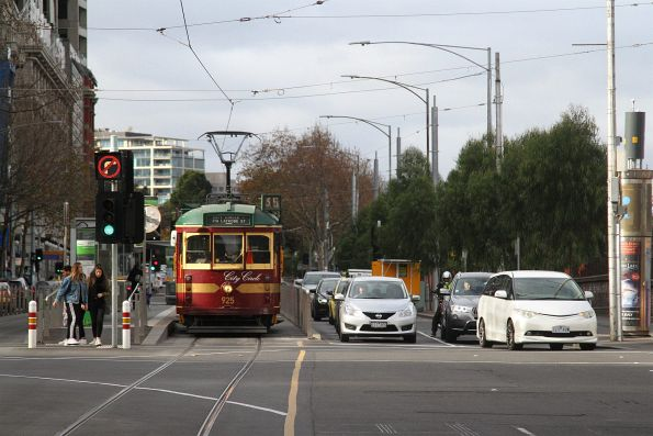 SW6.925 heads west at Flinders and Russell Street