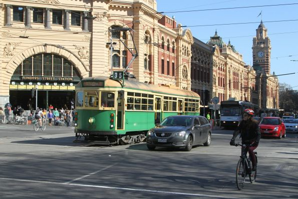 W8.959 heads east at Flinders and Swanston Street