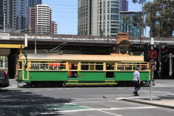 W8.981 heads east at Flinders and William Street