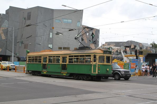 W8.959 heads west at Flinders and Swanston Street