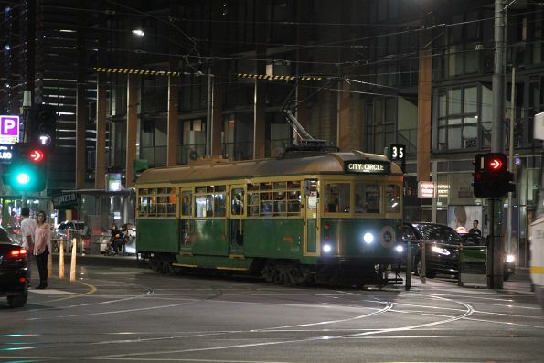 W8.981 heads west at Flinders and Spencer Street