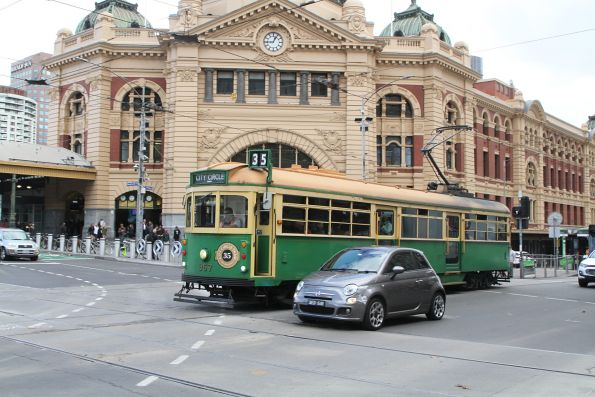 W8.957 heads east at Flinders and Swanston Street