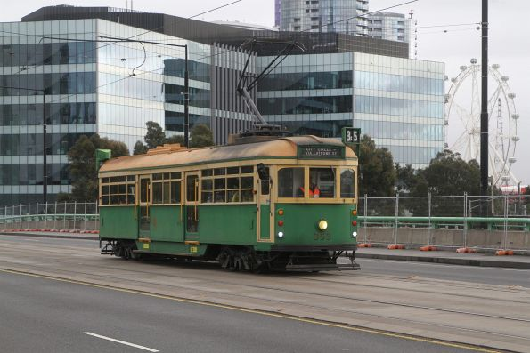 W8.959 heads east over the La Trobe Street bridge