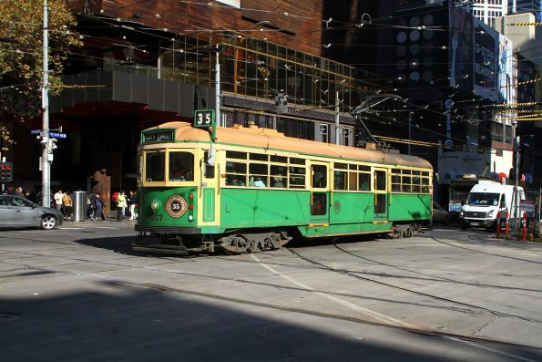 W8.957 heads east at La Trobe and Swanston Street