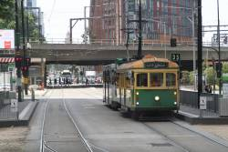 W8.946 heads west at Flinders Street and Siddeley Street
