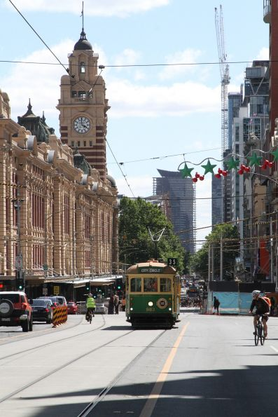 W8.983 heads east at Flinders and Swanston Street