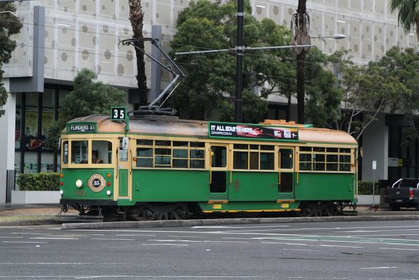 W8.983 heads east on the City Circle at Docklands Drive and Harbour Esplanade