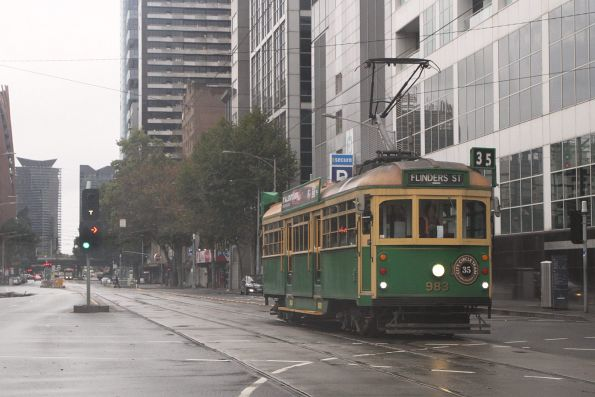 W8.983 heads east on the City Circle at Flinders and William Street