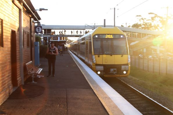 A43 arrives into Rooty Hill on the up