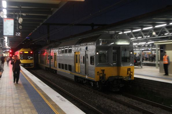 C10 arrives into Central with an up City Circle service