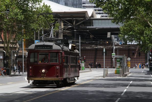SW6.934 heads east on Bourke Street at Spencer