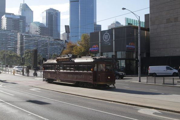 SW6.938 heads south on Clarendon Street outside Crown Casino