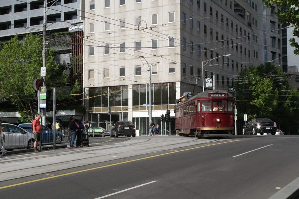 SW6.935 turns from William Street into La Trobe