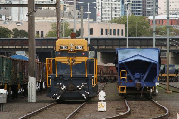 T413 between jobs at Melbourne Yard, spoil wagons to the left and the Apex train hoppers to the right