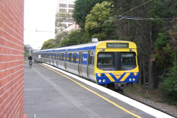 Back in the day when they kept to their own side of the network, 3-car EDI Comeng train 405M-1053T-406M on the up at Glenferrie station
