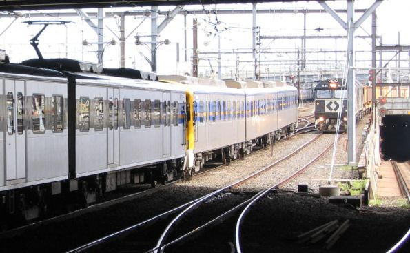 6 car Siemens passes BL class on the down Long Island steel train