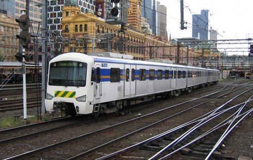 Met fronted 3-car Siemens arrives into Flinders Street