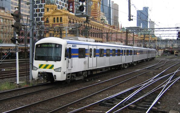 Met fronted 3-car Siemens arrives into Flinders Street
