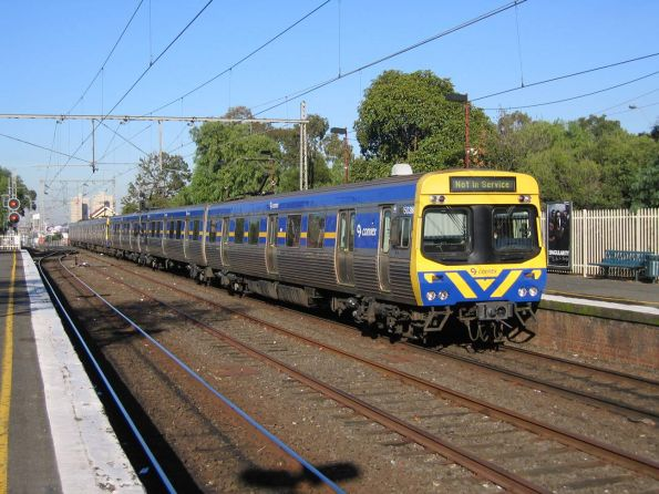 Back in the days when they kept to the other side, EDI Comeng 503M passes through Clifton Hill