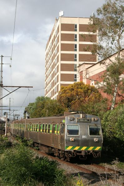 Hitachi 196M on an up service at Glenferrie
