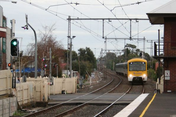 Up Siemens arriving at Yarraville