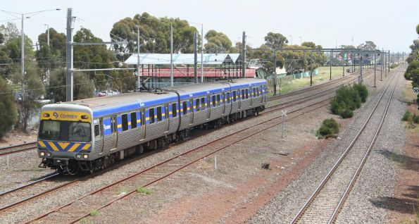 Passing the disused loop siding, a 3-car Alstom Comeng arrives into Laverton on the up