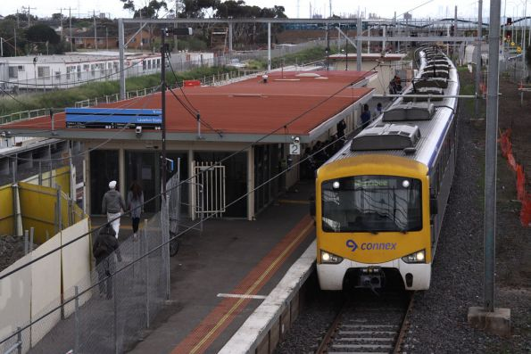 Down Siemens stops for passengers at Laverton