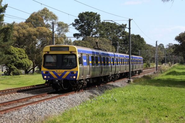 3-car EDI Comeng approaches Ringwood East