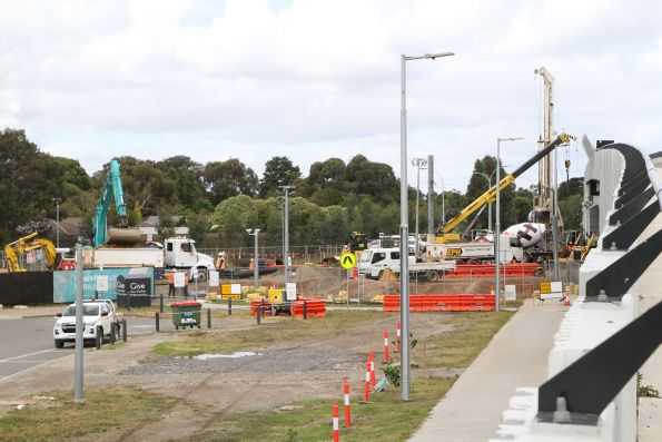 Piling rig at work at the down end of Merinda Park
