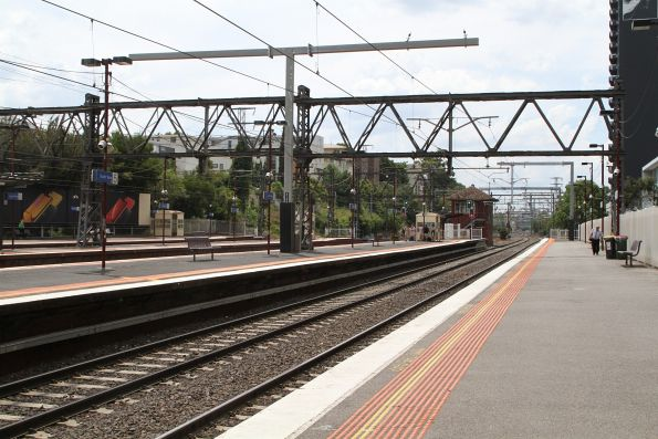 New cantilever stanchion in place at South Yarra platform 4 and 5