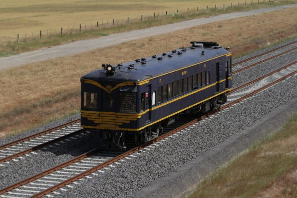 RM58 traverses the RRL tracks between Wyndham Vale and Tarneit