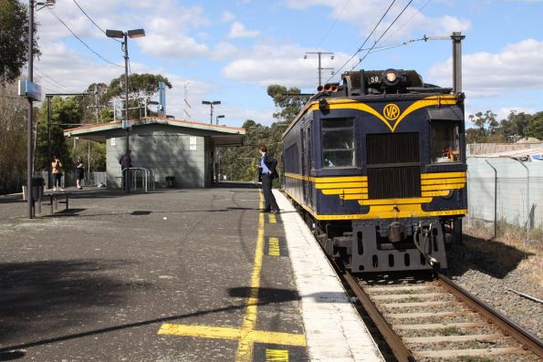 Another photostop at Upwey, this time waiting to cross a down train