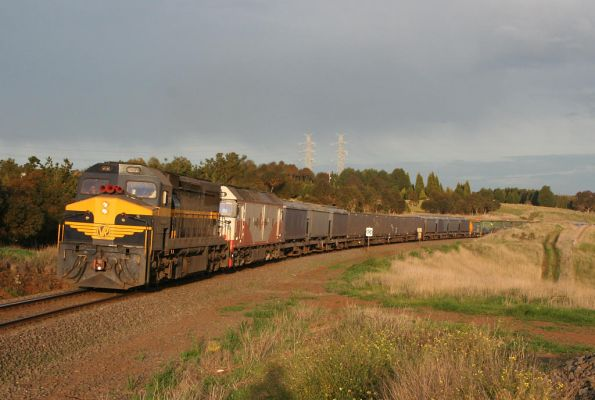C501 leads SCT liveried G532 on a down El Zorro grain service at Moorabool, with AHGX hoppers and CFCLA containerised grain hoppers behind