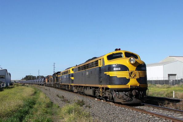 S303 leads B74, T378, T357, T341 and Y145 through Brooklyn bound for Appleton Dock