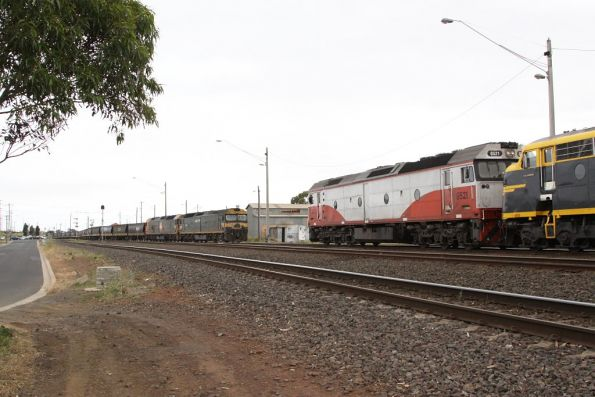 G521 on the El Zorro train meets cousins G525 and BL32 on the PN train at North Geelong C