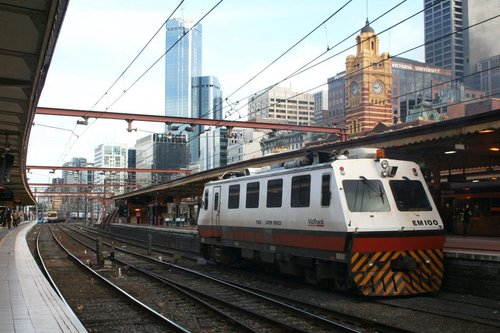 EM100 changing ends at Flinders Street