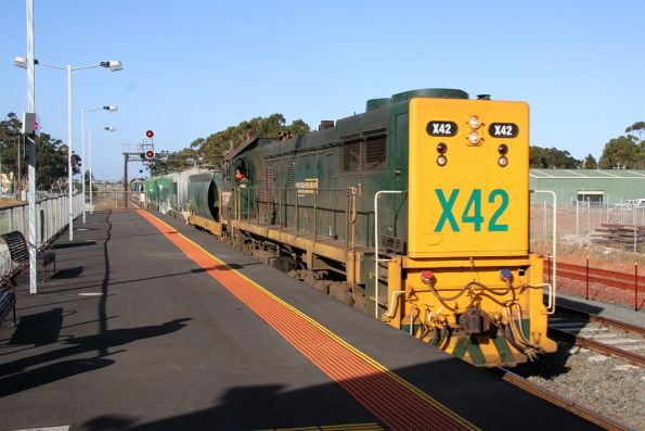 X42 push pull with H2 at Lara takes 9 wagons up to Melbourne for an Endeavour transfer from Dandenong