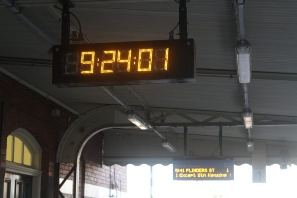 Faulty clock at Footscray station