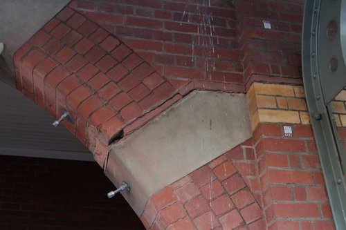Steel rod reinforces cracked archways at Camberwell platform 3