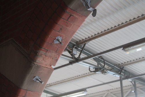 Steel rod reinforces cracked archways at Camberwell platform 3