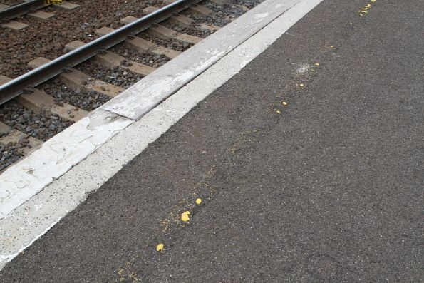 Faded yellow line at South Kensington platform 2
