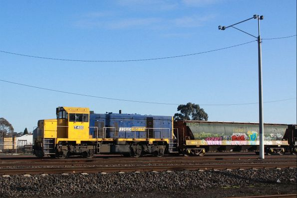 T400 shunting the rake of wagons from the down end