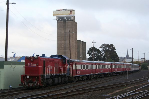 Pxx+P14 and repainted FSH25 arrive at Geelong