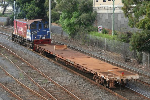Y129 with shunters float VZKF 17 at Geelong