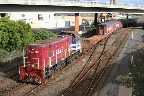 Y129 pushes set FN3 with shunters float VZKF 17 back towards the yards