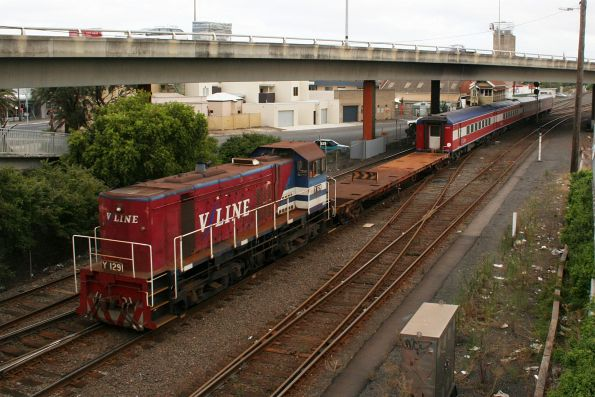 Y129 shunting set FN11 with shunters float VZKF 17 at Geelong