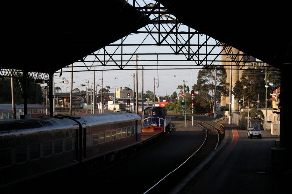 Y156 shunts onto the empty carriage set at Geelong platform 2