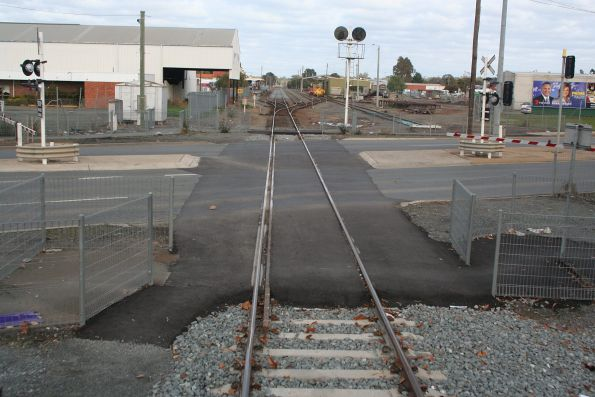 Dual gauge track through the High Street level crossing in Shepparton