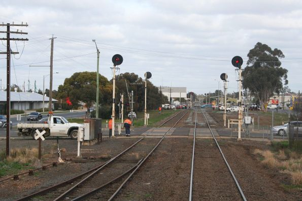 Signals 16 and 17 at the Fryers Street level crossing in Shepparton