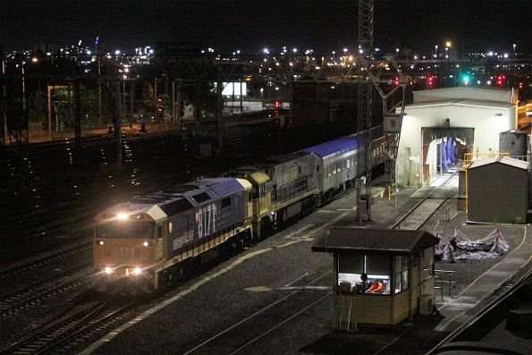 8171 leads failed NR12 on a late running up Overland into Southern Cross